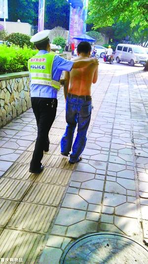 男子公交车上伸咸猪手被抓 网友发帖声讨色狼高清图片