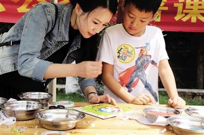 玉米粘贴画幼儿-们认真制作五谷贴画. 通讯员 李光盛 摄-孩子做了五谷画 每粒小米都